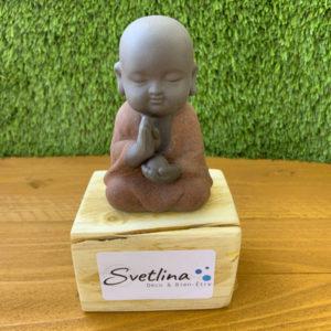 boudha en pleine prière dans la nature sculture objet de déco