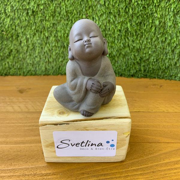 Bouddha méditation assis dans la nature