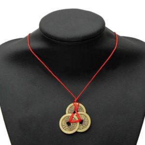 coins feng shui avec ruban rouge