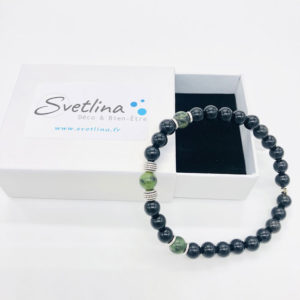 bracelet en jade nephrite et obsidienne posé sur sa boite